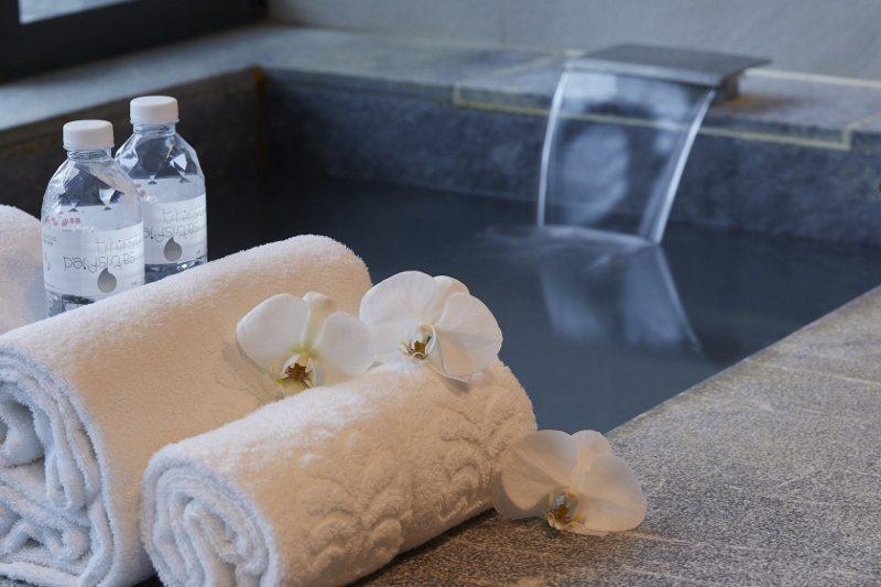 位於捷運新北投站出口的北投老爺,讓房客盡享白磺溫泉洗禮。 業者/提供