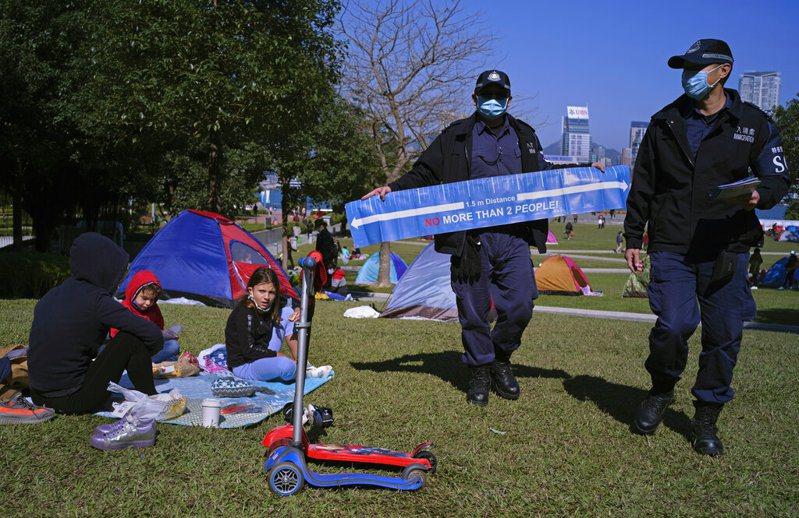 香港警方在公園宣導要保持社交距離。 圖/美聯社