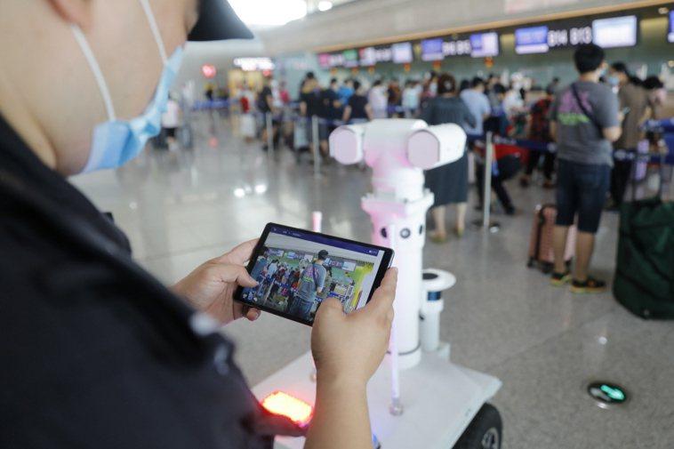 黑龍江省公安廳機場公安局引進的5G警用巡邏機器人在哈爾濱太平機場上崗,可實現5米...