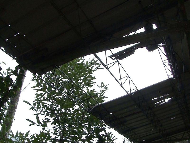 平溪區嶺腳安養堂廁所磁磚剝落、遮雨棚和屋頂集水渠道崩塌,市議員林裔綺要求修繕。 圖/觀天下有線電視提供