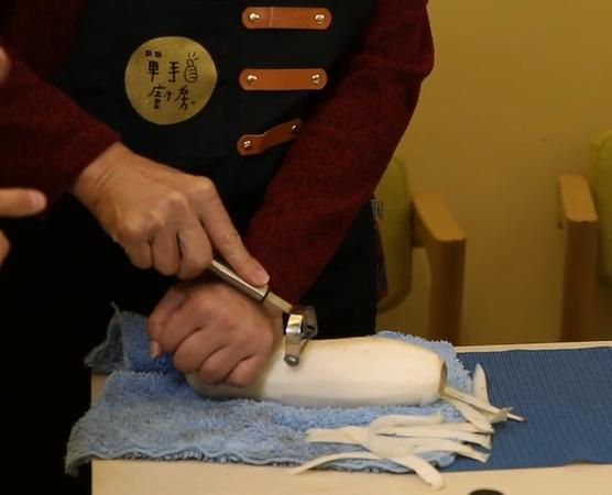 食材下墊毛巾或止滑墊,減少滑動。圖/王茲閔、莊雅羽、潘沛晴提供