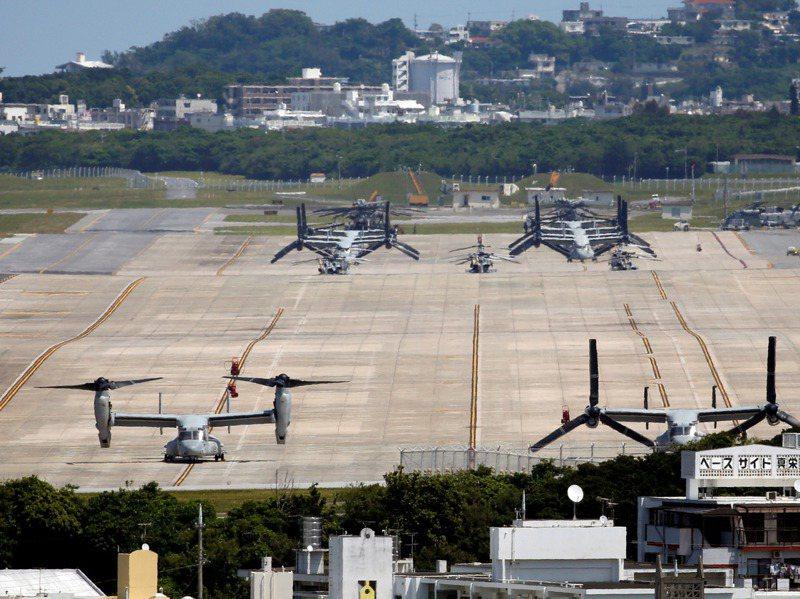 普天間機場是美軍陸戰隊駐日本最大的武裝直升機基地,圖為停在機場內的魚鷹式傾斜旋翼機。路透