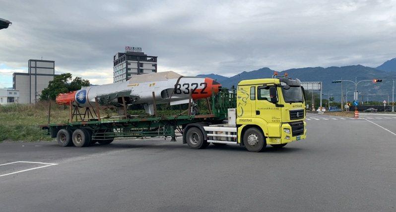 台東市區街道今天早上出現2輛拖板車載運疑似戰機機體,由於機身非常醒目,不少目擊民眾看了都非常驚奇,懷疑國軍研發最新神秘戰機。記者尤聰光/翻攝