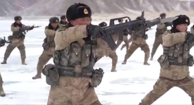 中印雙方持續在邊境對峙。據央視新聞10日發布短片顯示,駐中印邊境解放軍在已結冰的曼冬錯(斯潘古爾湖)湖面上進行新年開訓。(央視畫面截圖)