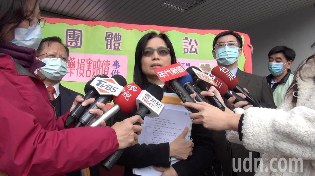 消基會律師團今天上午到台中地方法院,提出民事損害賠償告訴,替30名鉛中毒被害人,...