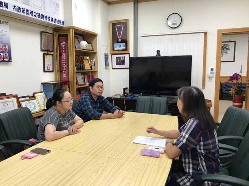新北勞工局企業顧問訪視團(左1及2)進廠輔導,提供身障資源介紹。圖/新北勞工局提供