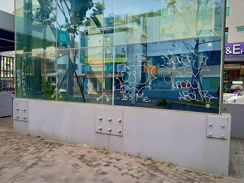 台南市海安路上的藝術造景最近遭到塗鴉。圖/都發局提供