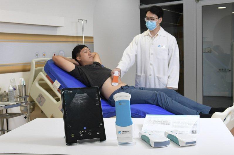 工研院在CES展出智能化手持超音波影像系統,是全臺第一台智能化手持超音波影像系統,透過Wi-Fi即可即時傳輸到手持裝置觀看,並可依據情況搭配不同的超音波探頭,廣泛應用在內科、婦產科、復健科,更適合簡易治療的環境和重症醫護室、急診室。圖/工研院提供