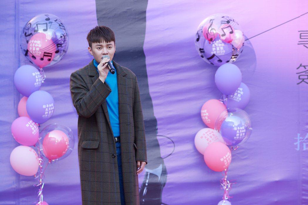 許富凱演唱「雨傘情」、「祝福」等數首歌曲。圖/凱聲影藝提供