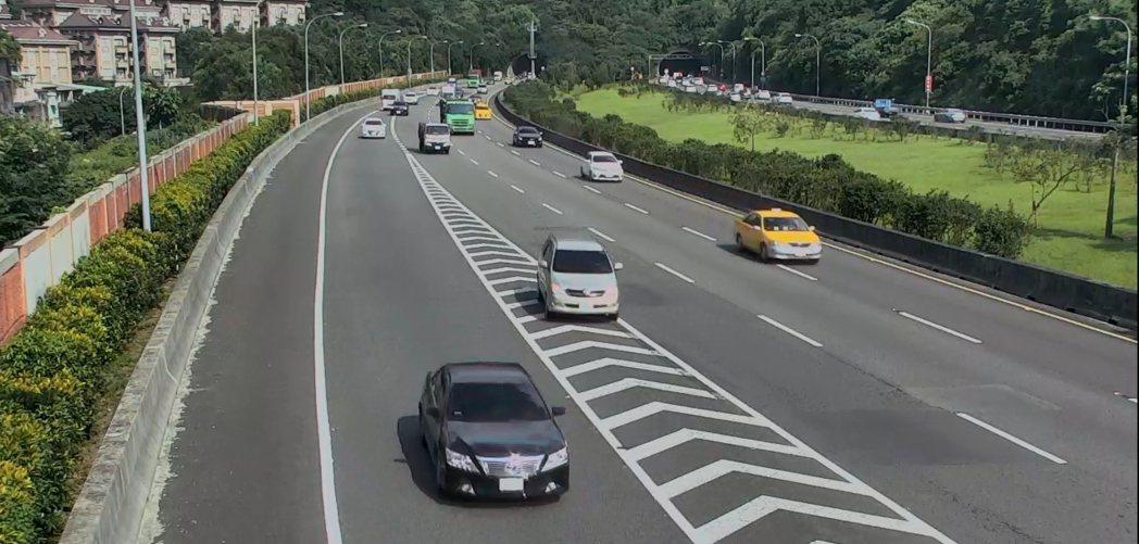 高速公路槽化線禁止跨越。圖/新北市交通事件裁決處提供
