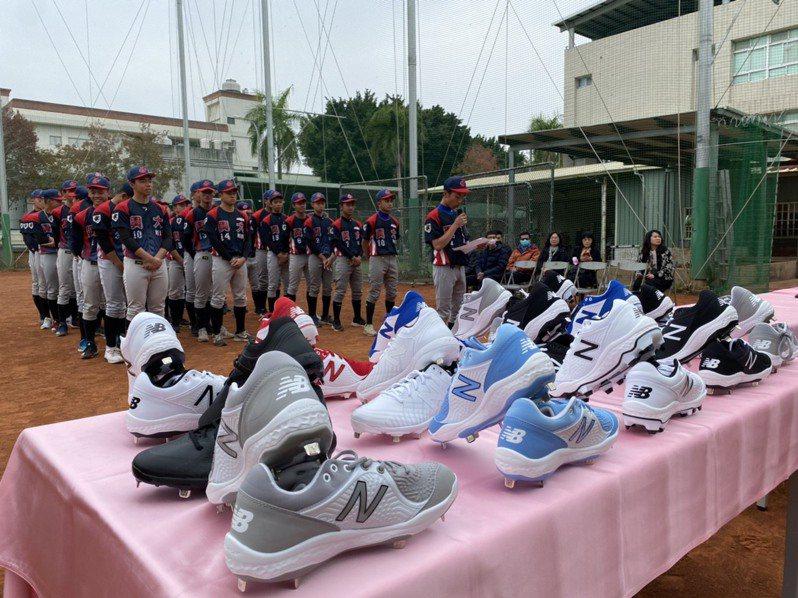 鑽石運動集團捐給興大附農棒球隊價值20萬的專業釘鞋。圖/蔡其昌服務處提供