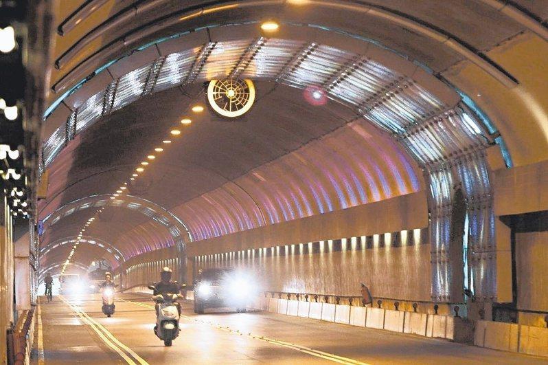 辛亥隧道自2020年元月上路至4月底,開出1萬5568張罰單、罰鍰超過1868萬元。聯合報系資料照