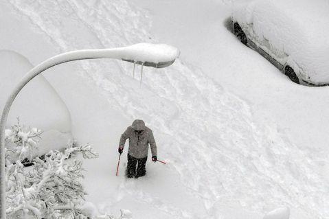 西班牙馬德里日前迎來近50年來最大暴風雪,許多醫療人員被迫徒步去醫院上班。此圖非...