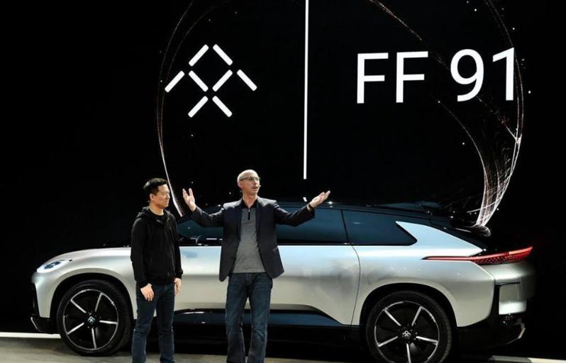 賈躍亭(左)的新創汽車公司法拉弟,其首款定位高端市場的電動車產品為FF 91。(上海東方網)