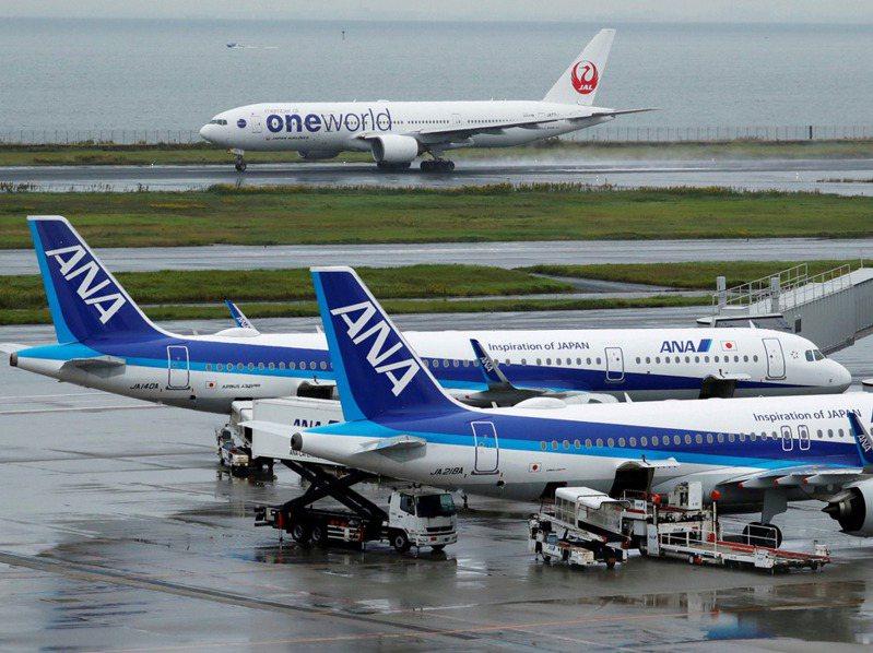 日本航空一架客機,今天從東京羽田機場起飛後,在駕駛艙的窗戶發現裂痕,折返羽田機場,機上人員無恙。路透
