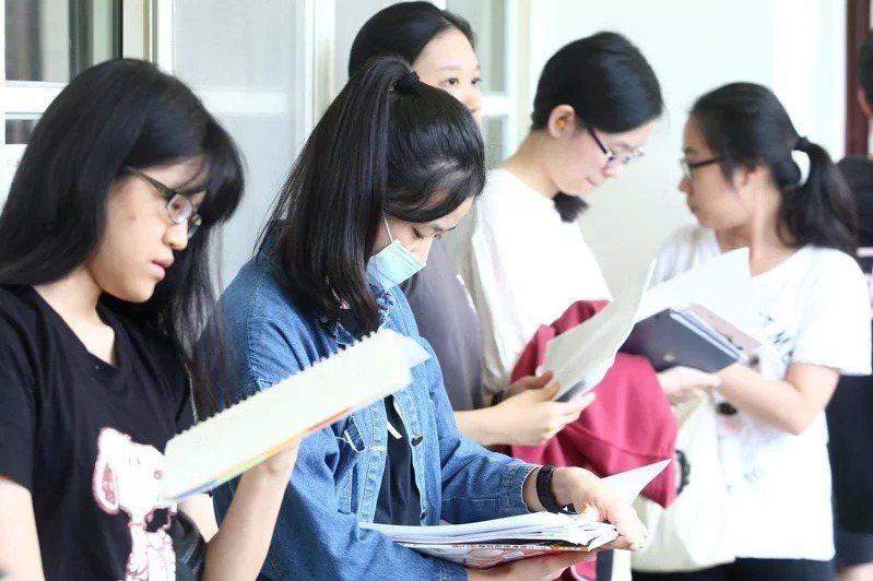教師指出,國文科選擇題僅三分之一和課本有關,包括形音義、國學常識兩大題型,是決勝關鍵。圖/聯合報系資料照片