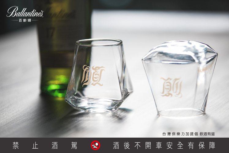 將天燈杯口朝下,「順」字將翻轉成「願」字。圖/保樂力加提供。提醒您:禁止酒駕 飲...