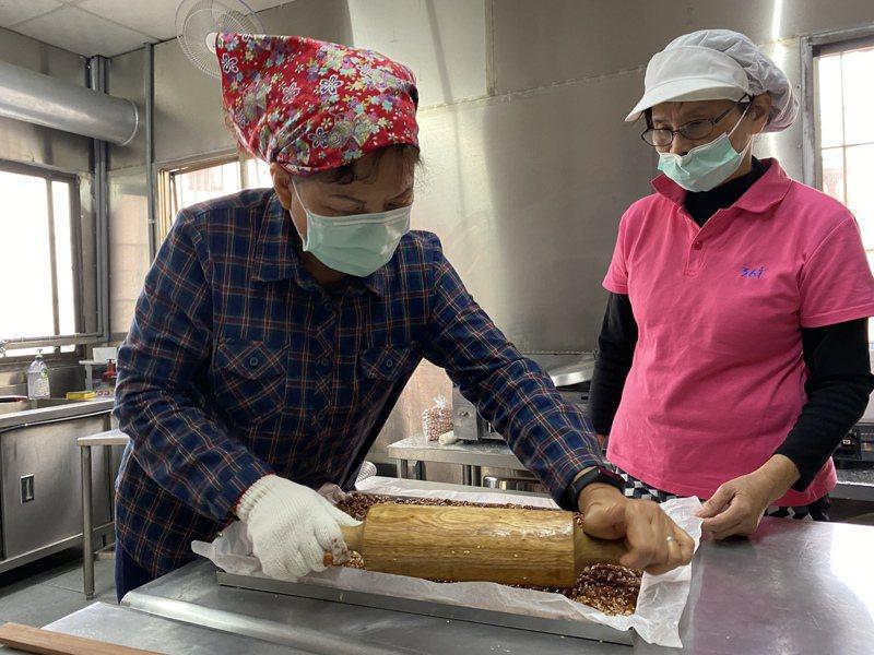 屏東市前進社區發展協會志工媽媽們製作的米香花生糖。記者劉星君/攝影