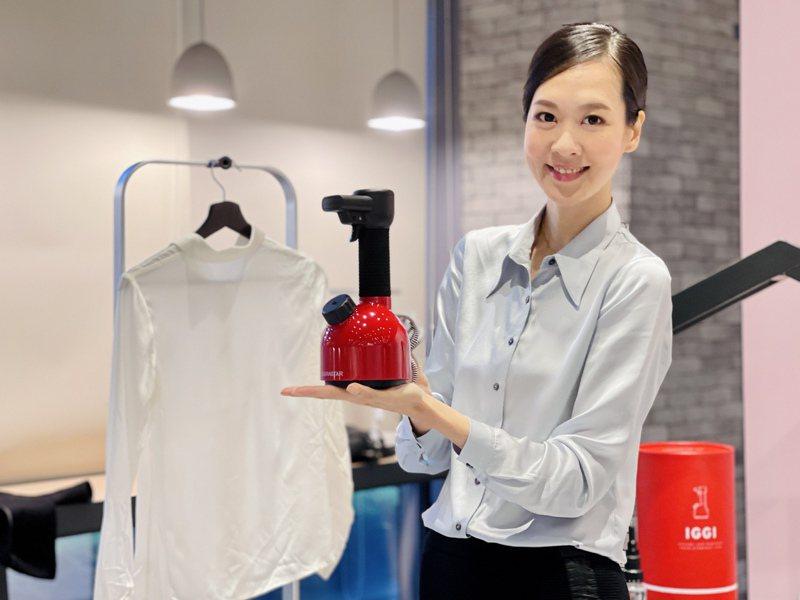 IGGI手持蒸汽掛燙機結合高效熨燙與淨化殺菌功能。記者黃筱晴/攝影