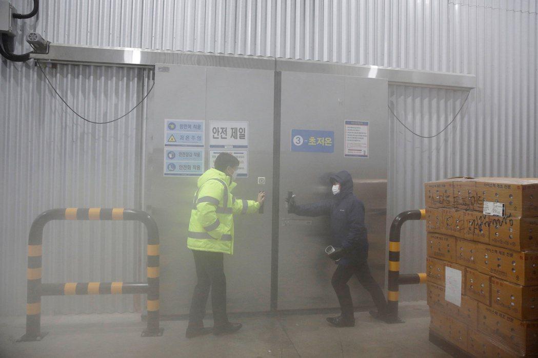 南韓最快在下月啟動新冠疫苗接種工作,圖為上月南韓冷藏倉庫業者展示用來保存輝瑞疫苗...