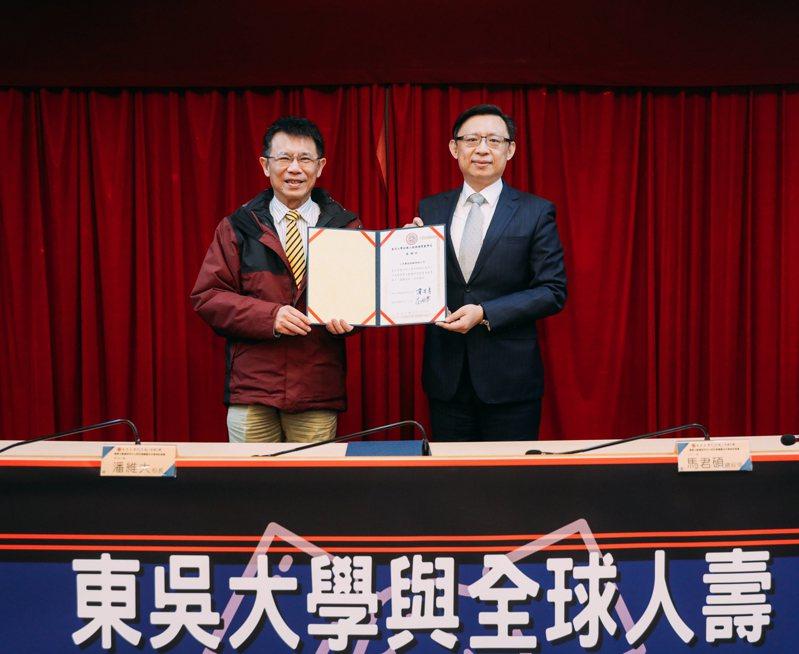 全球人壽總經理馬君碩(右)代表簽署捐贈暨合作備忘錄 ,並在東吳大學校長潘維大(左)見證下,完成捐贈儀式 。圖/全球人壽提供