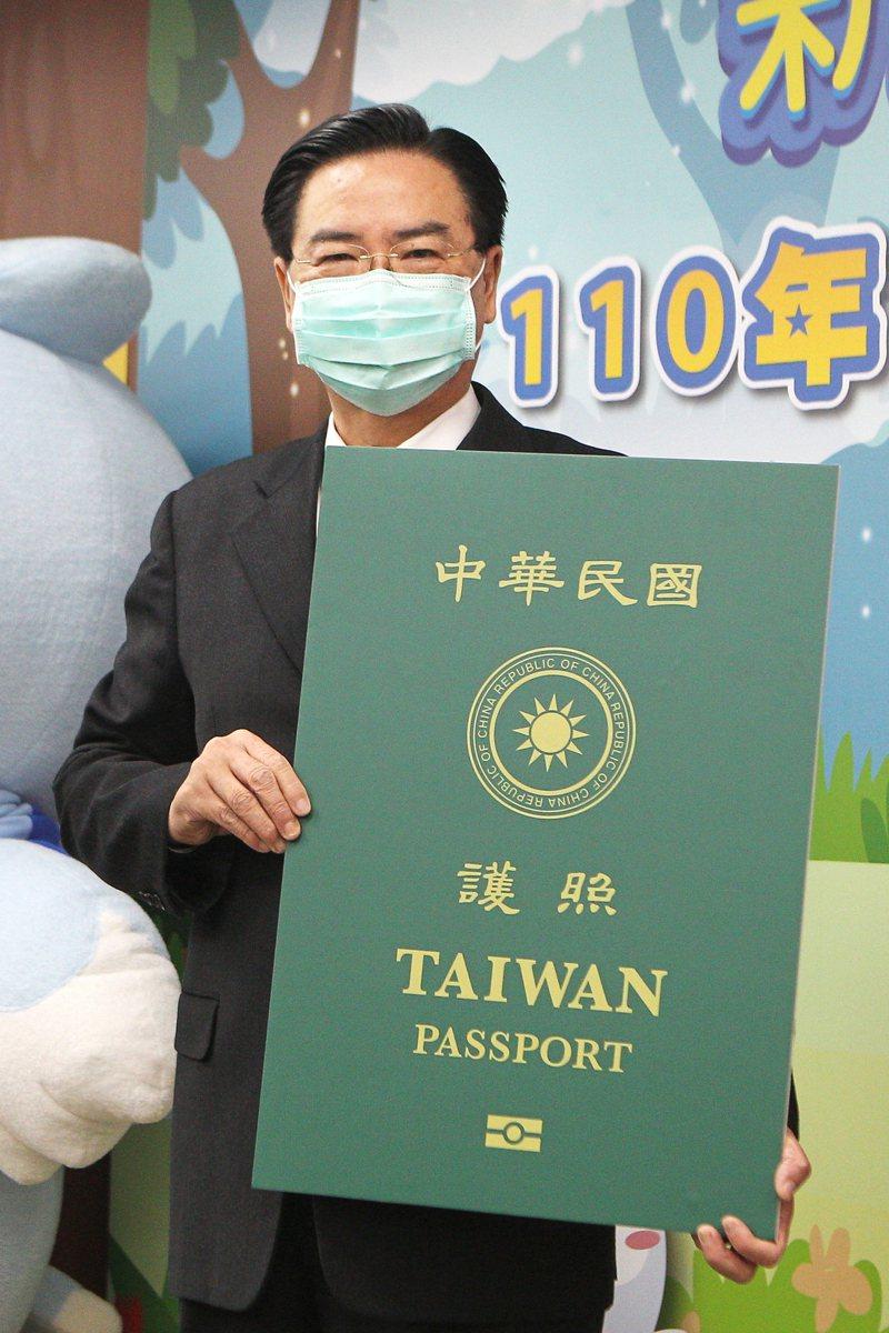 外交部長吳釗燮手持放大版「Taiwan」字體新版晶片護照供媒體拍照。記者蘇健忠/攝影 備註