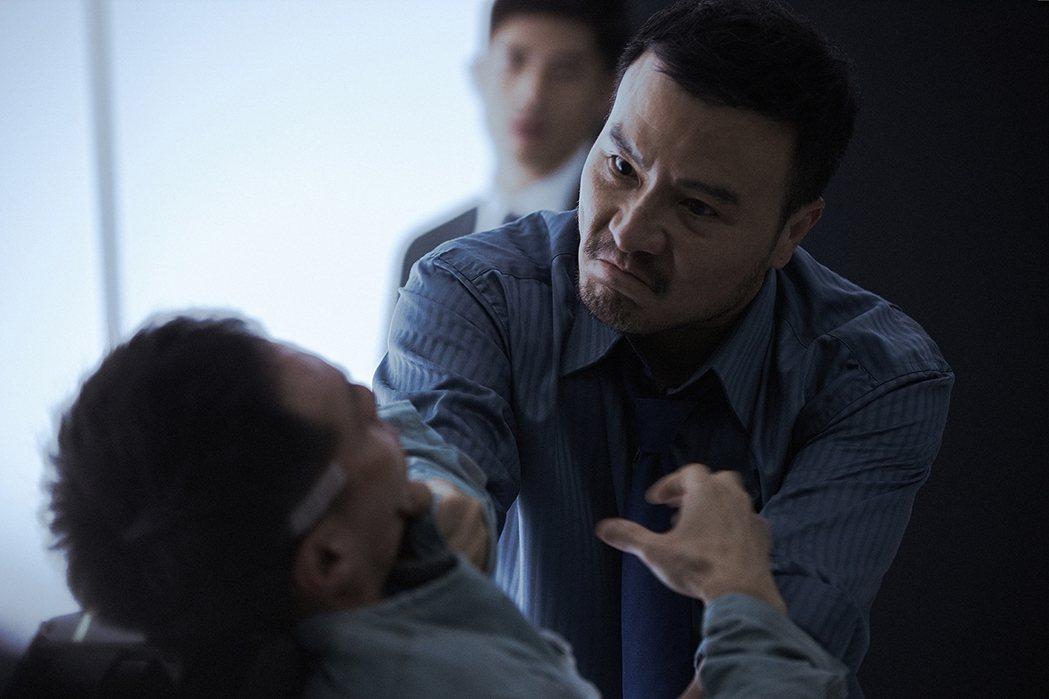 李銘忠在「複身犯」飾演警察,面對嫌疑犯嚴格逼供。圖/牽猴子提供