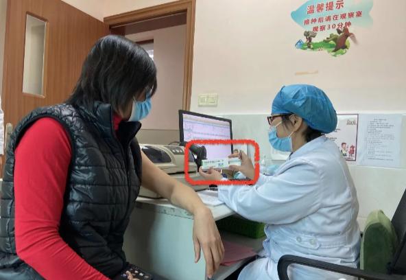 台胞接種新冠疫苗前,醫生將核對個人資料,並展示、確認所施打的疫苗。施打部位在左上...