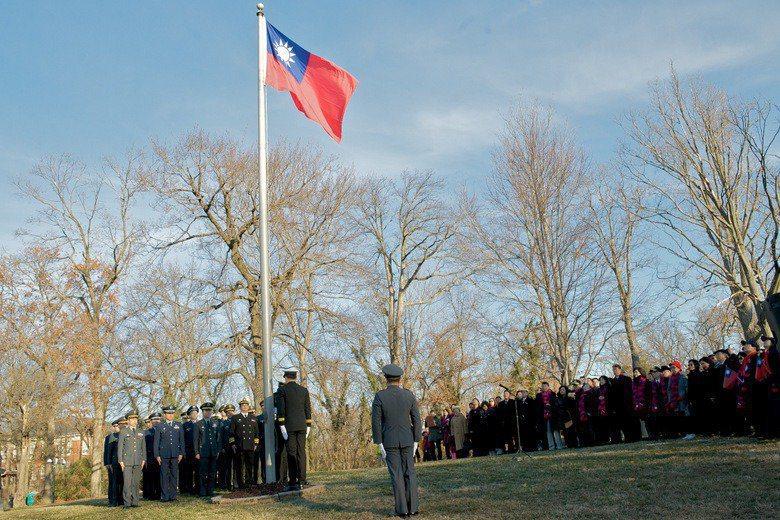 美國國務卿龐培歐九日宣布,取消現行美台交往限制。國民黨深入經營台美互動關係的立委陳以信今天表示,既然如此,我國應每日在「雙橡園」升起國旗。圖/駐美代表處提供