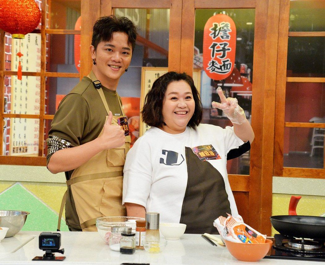 鍾欣凌(右)與索艾克為宣傳「鴻門家宴」上節目。圖/衛視提供