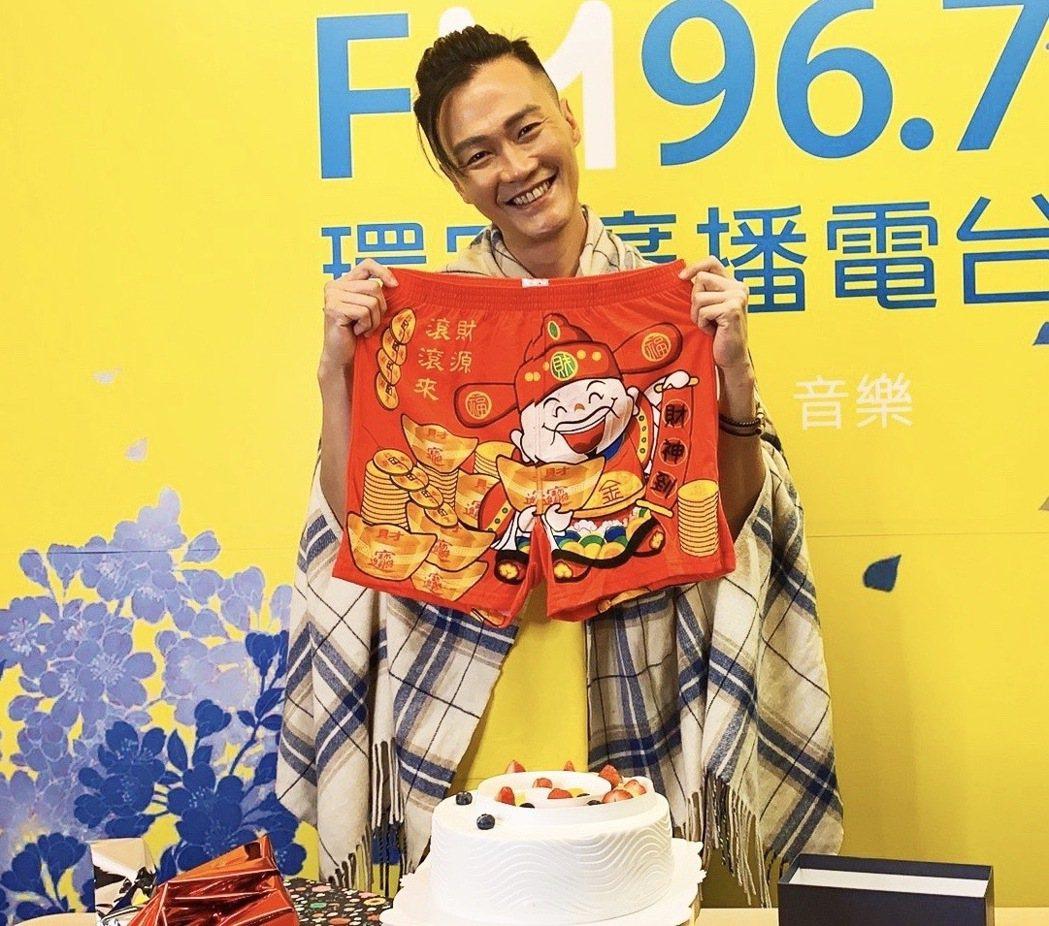 林俊逸歡慶41歲生日,喜收紅內褲。圖/FGC遠雄創藝提供