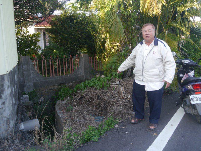 高雄市美濃區里長林作松爭取把一段水溝拓寬加深,多年來一直停留在紙上作業階段。記者徐白櫻/攝影