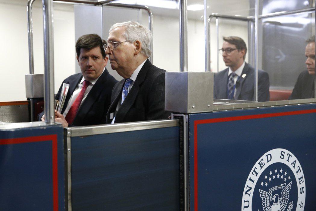 除地道外,美國國會還有地鐵系統,圖為去年3月18日參院多數黨領袖麥康諾跟其他議員...