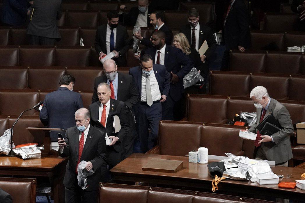 大批眾議員6日在維安人員護送下進行緊急疏散。美聯社