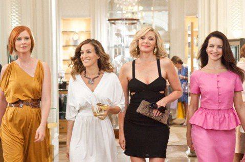 HBO Max將拍攝全新10集、每集半小時的「慾望城市」續篇「And Just Like That...」,主要演員卻只有莎拉潔西卡派克、克莉絲汀戴維斯與辛西亞尼克森,獨缺扮演肉食豪放女的金凱特蘿,...