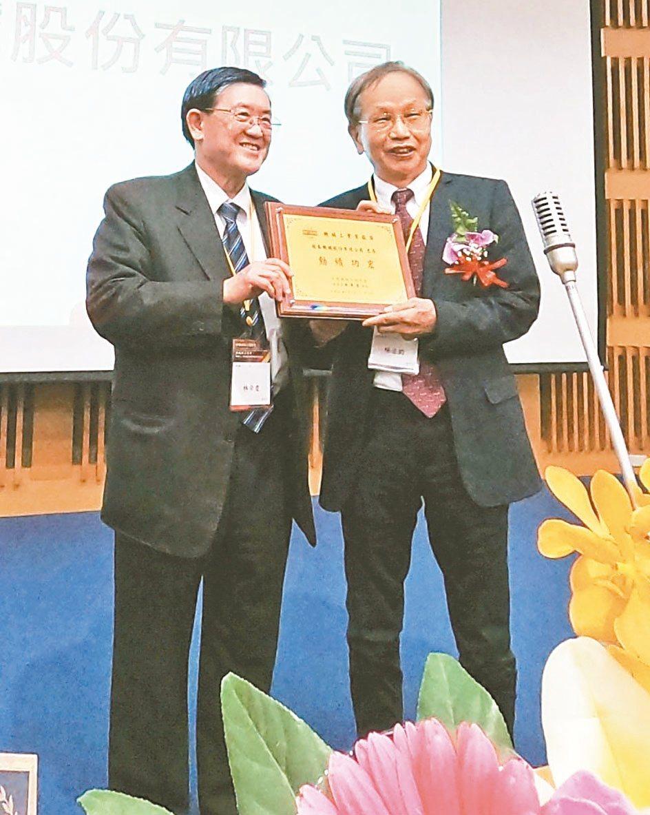 中國機械工程學會理事長林榮慶(左)頒發被工業界奉為指標翹楚的「機械工業貢獻獎」給...
