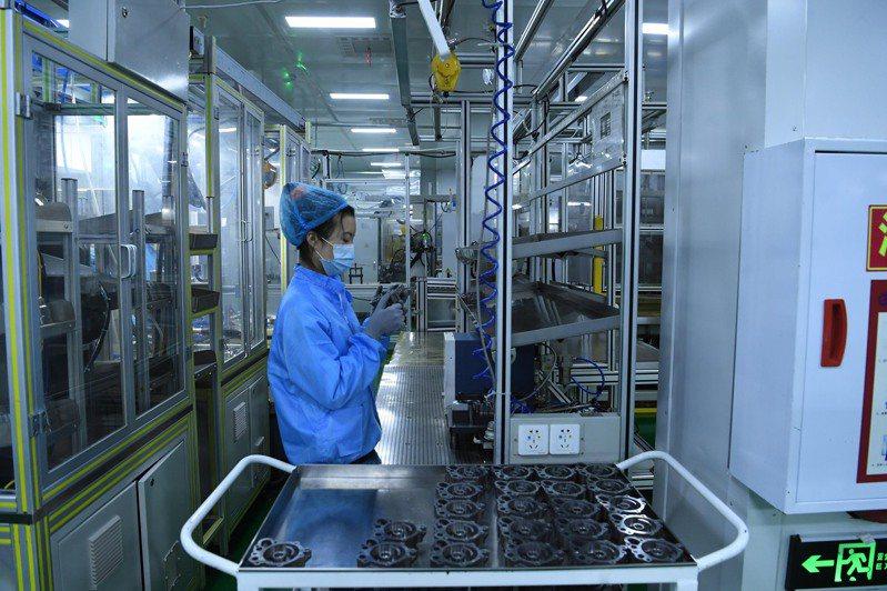 大陸國家統計局公布,2020年全年,大陸PPI比上年下降1.8%。圖為重慶一工廠內的工人生產自動變速器油泵。(中新社資料照片)