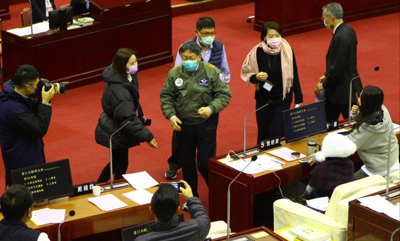 台北市長柯文哲(中)昨赴議會,一一向議員握手致謝。記者林麗玉/攝影