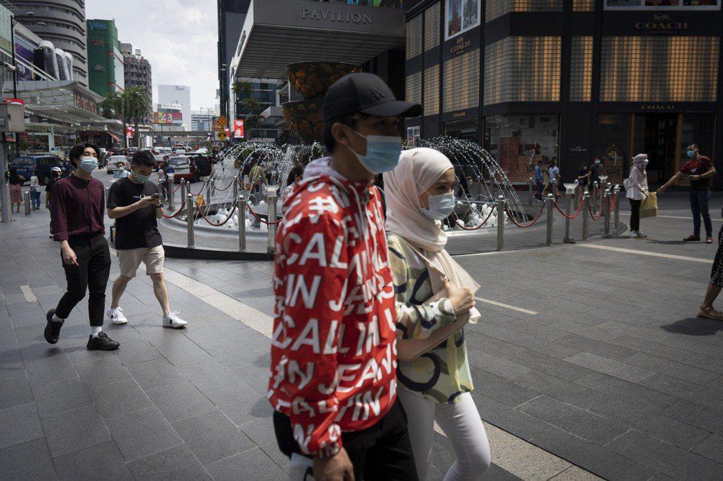 馬來西亞13日開始將禁止國內所有航班飛行,並對首都吉隆坡與五個州實施為期兩周的封...