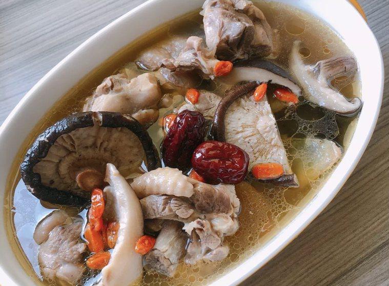 山藥百菇燉雞湯。圖/蘇嘉華營養師提供
