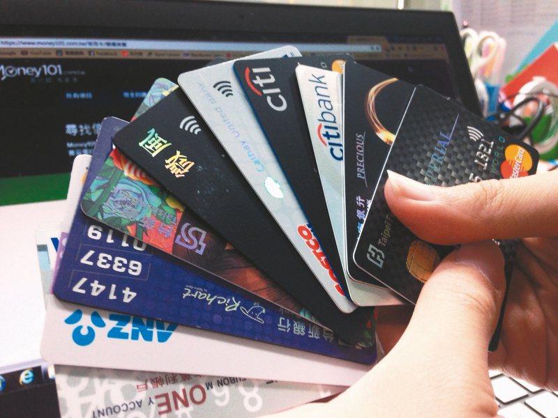 保險局發函,指部分銀行臨櫃銷售保單後,要保戶以自家特定信用卡刷保費,再回饋保戶較高比率的刷卡金,視同錯價、退佣,是不當促銷,即日起禁止。 本報資料照片