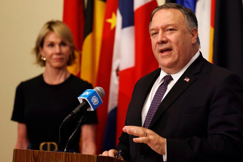 美國國務卿龐培歐(右)去年八月和美國駐聯合國大使克拉夫特(左)在紐約聯合國總部發表談話。(路透)