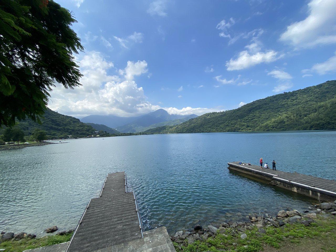 花蓮壽豐鄉鯉魚潭擁有湖光山色美景,令人感到放鬆。 圖/王思慧 攝影