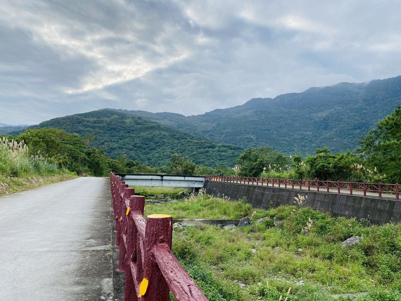 花蓮壽豐環鄉自行車道沿途盡是村野風光,享受無人車的寧靜。 圖/王思慧 攝影