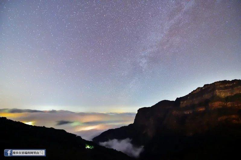攝影師黃源明在阿里山上沒有等到下雪,卻捕捉到絕美冬季銀河。 圖/截自臉書漫步在雲...