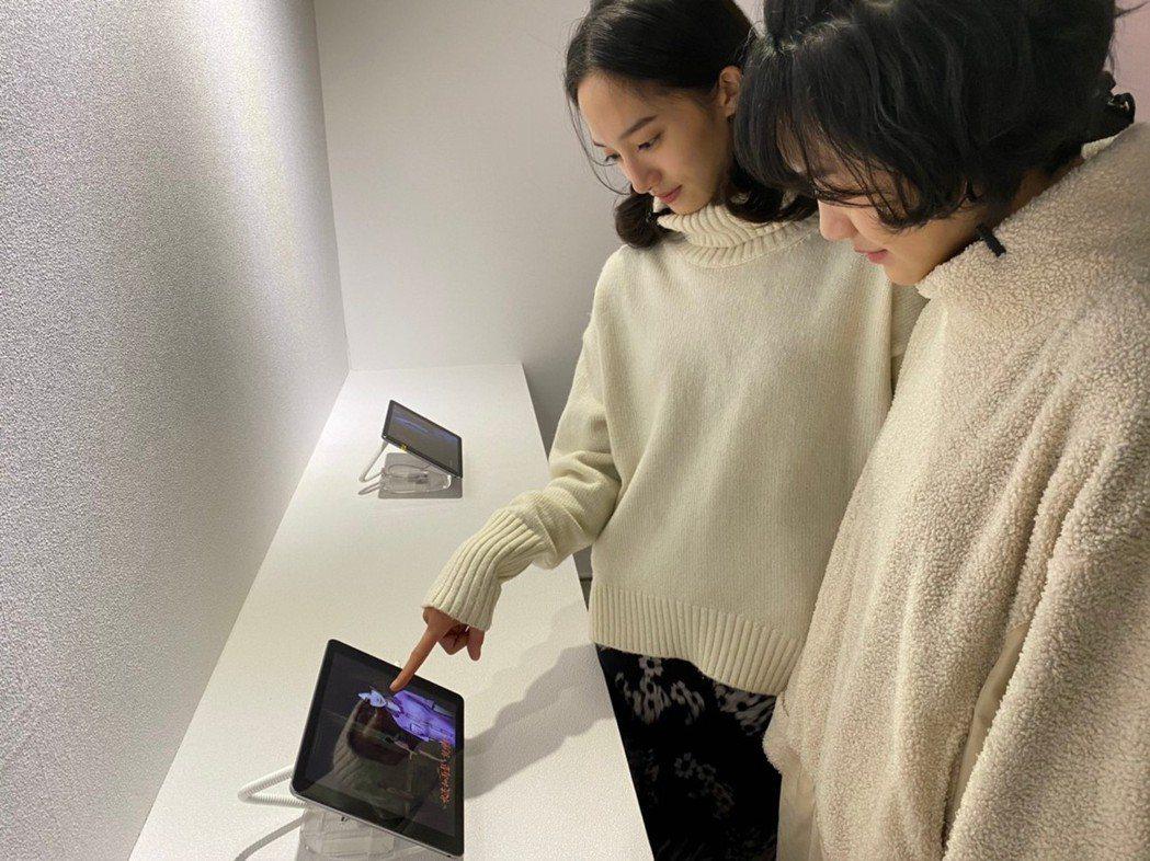 韓寧(左)和李玲葦(右)在展覽中試玩《返校》遊戲初版原型。圖/聯合數位文創提供