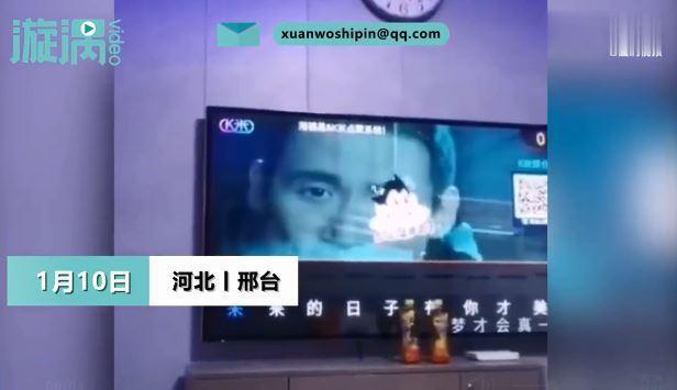 一名大陸河北網友爆料,自己被安排隔離進KTV,房內電視還有伴唱系統。圖翻攝自漩渦視頻
