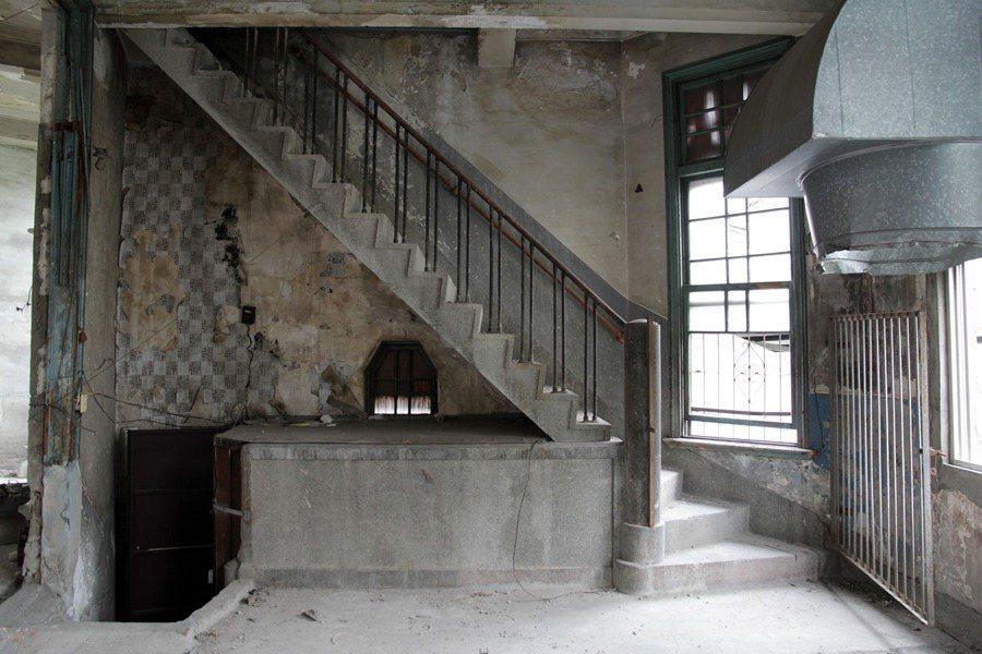 天外天劇場運用鋼骨及鋼筋混凝土造,且為承重牆系統,見證台灣日治時期構造發展之趨勢。 圖/作者自攝