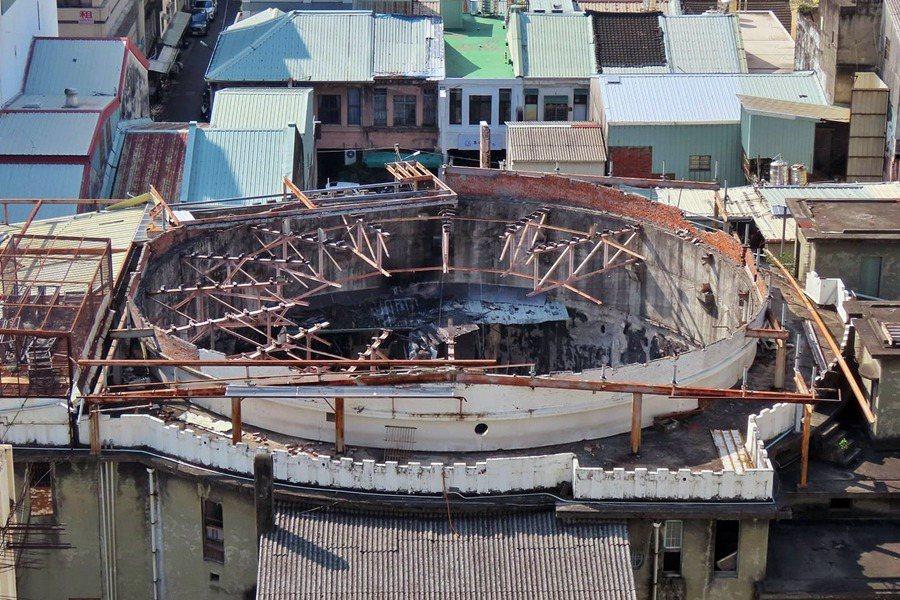 1月9日,天外天劇場的屋頂鋼構普拉特桁架已不見,只剩下一個傷口般的深深窟窿。 圖/文化前進實驗室提供