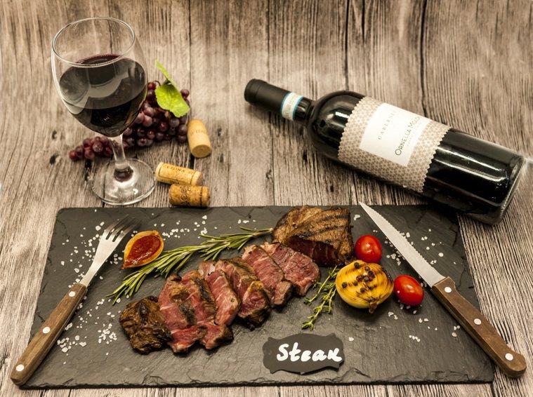 紅酒配牛肉。圖/ingimage